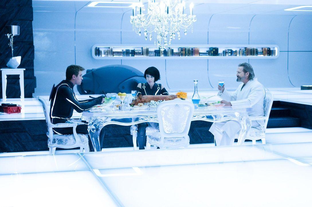 In der Welt, die Kevin Flynn (Jeff Bridges, r.) selbst erschaffen hat, müssen er, sein Sohn Sam Flynn (Garrett Hedlund, l.) und die hübsche Quorra (... - Bildquelle: Disney Enterprises, Inc.  All rights reserved