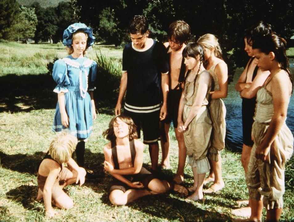 Jeb Carter (Kindsay Kennedy, 3.v.l.) ist von einem Baum gesprungen und hat sich dabei den Arm gebrochen. - Bildquelle: Worldvision