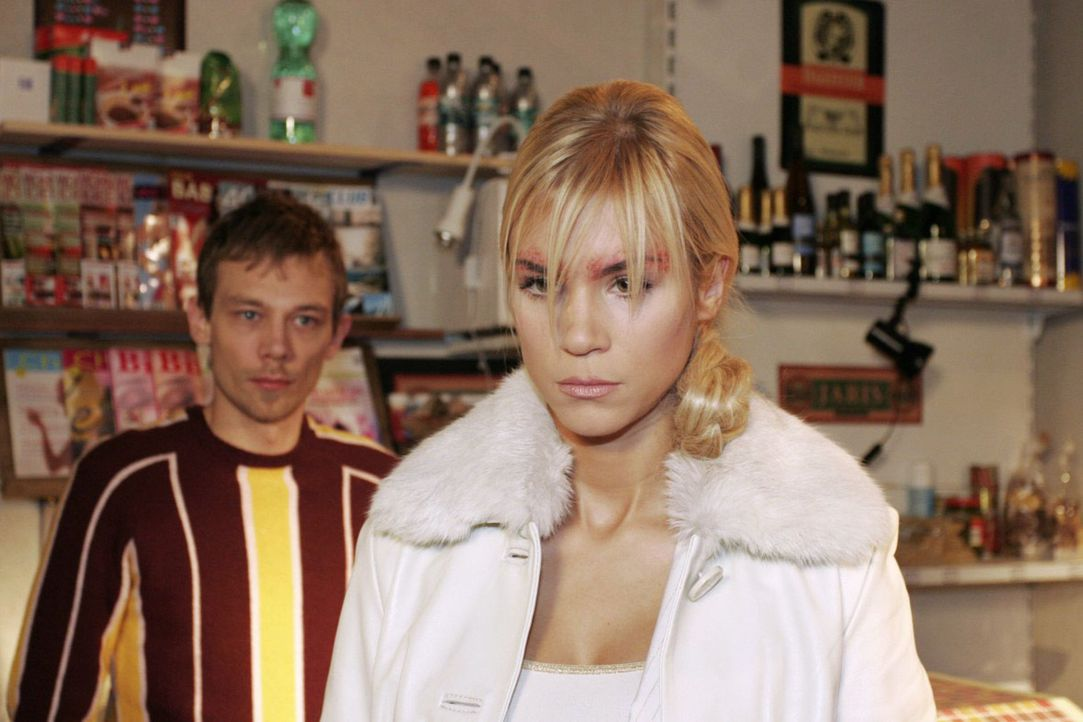 Der so oft von Sabrina (Nina-Friederike Gnädig, r.) gedemütigte Jürgen (Oliver Bokern, l.) erteilt dieser eine Lektion. - Bildquelle: Noreen Flynn Sat.1