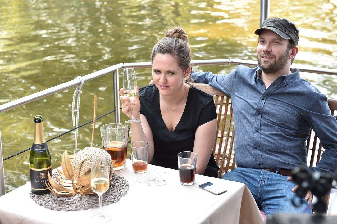 Christian (r.) beschließt, Emily (l.) endlich einen Antrag zu machen. Bei einem romantischen Abendessen soll der sündhaft teure Ring in ihrem Desser... - Bildquelle: Andre Kowalski maxdome / ProSieben