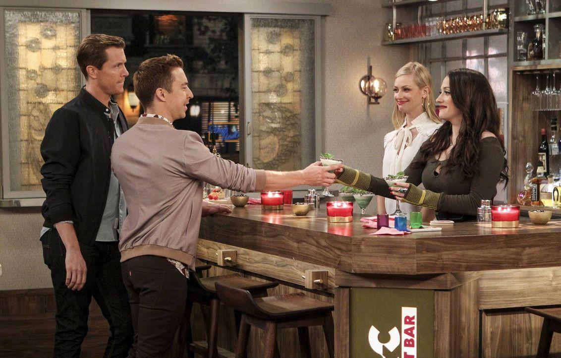 Caroline (Beth Behrs, 2.v.r.) und Max (Kat Dennings, r.) sind begeistert, als Jameson (Clayton Early, l.) und Tad (Brian Jordan Alvarez, 2.v.l.) sic... - Bildquelle: Warner Bros. Television