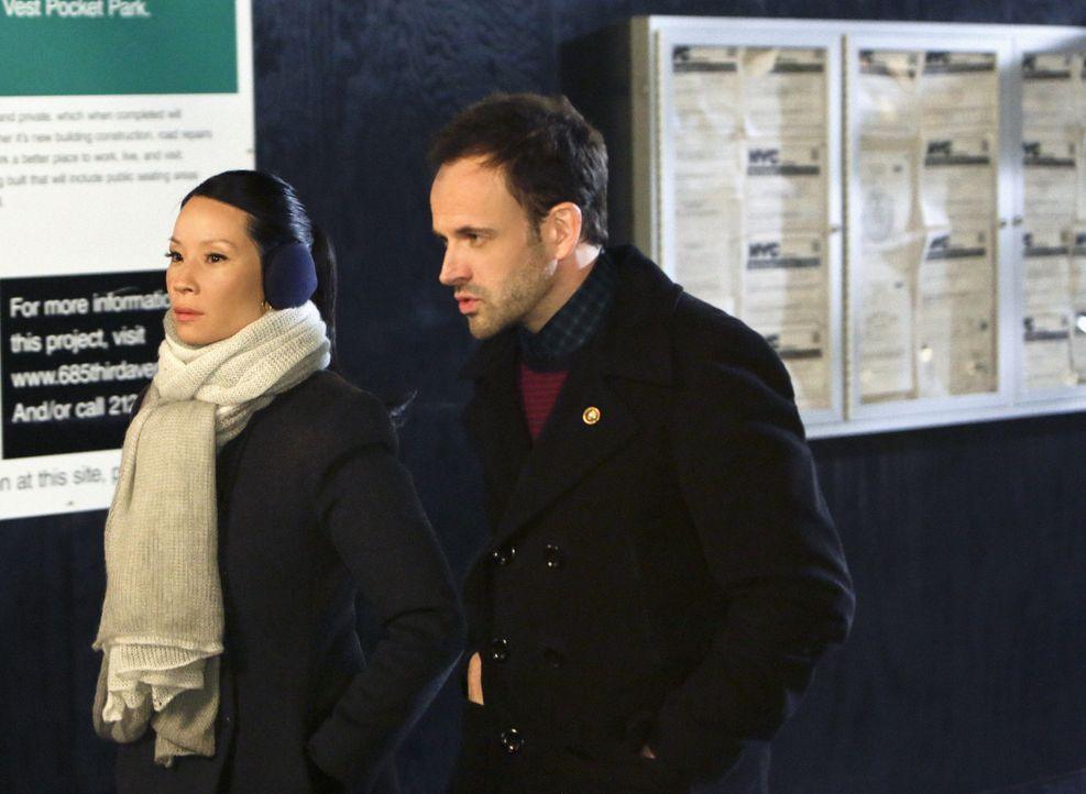 Sind sich nicht immer einig: Sherlock (Jonny Lee Miller, r.) und Watson (Lucy Liu, l.) ... - Bildquelle: CBS Television