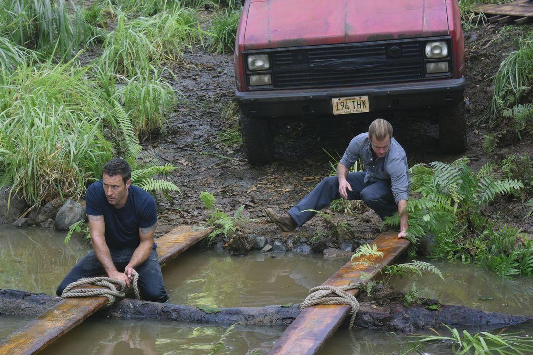 Müssen alles geben, um eine Katastrophe zu verhindern: Steve (Alex O'Loughlin, l.) und Danny (Scott Caan, r.) ... - Bildquelle: Norman Shapiro 2016 CBS Broadcasting, Inc. All Rights Reserved
