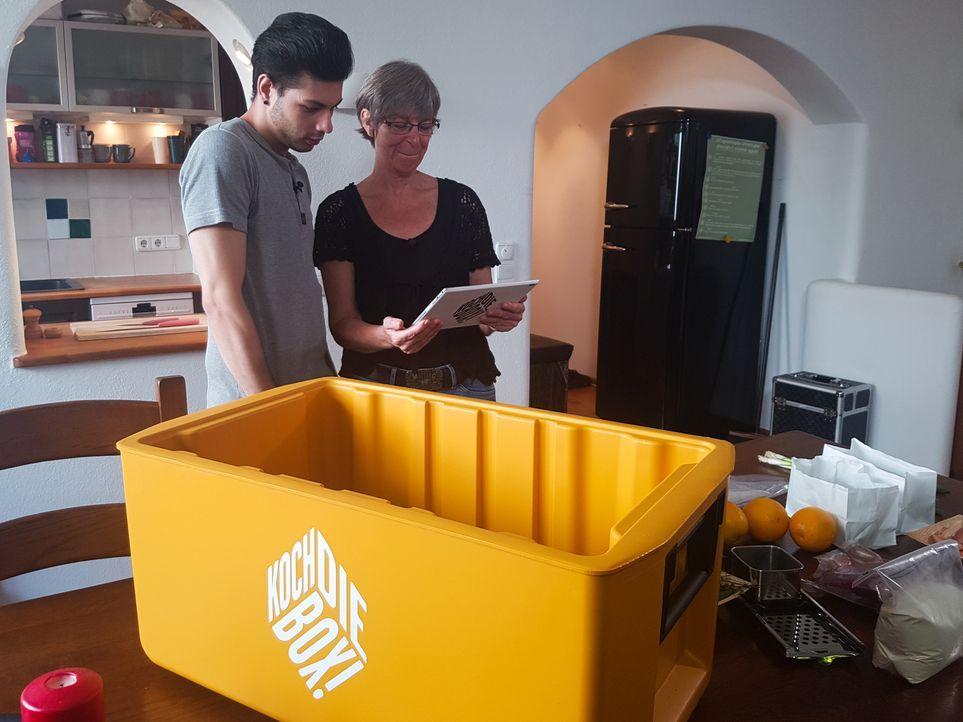 """Birgit und ihr Schwiegersohn Alex kommen bei der """"Koch die Box""""-Challenge an ihre Grenzen ... - Bildquelle: kabel eins"""