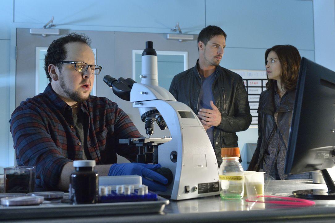 War die Spenderin auch Teil des Experiments oder nicht? Für Vincent (Jay Ryan, M.) und Catherine (Kristin Kreuk, r.) sind die Ergebnisse von J.T. vo... - Bildquelle: Ben Mark Holzberg 2015 The CW Network, LLC. All rights reserved.