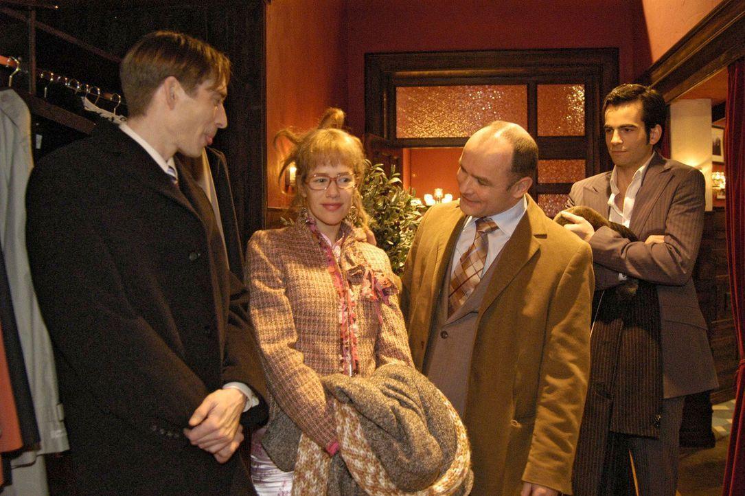 Nach einem denkwürdigen Geschäftsessen verabschieden sich die finnischen Geschäftspartner (Manfred Ole Witt, l. und Burkhart Siedhoff, 2.v.r.) von D... - Bildquelle: Noreen Flynn Sat.1