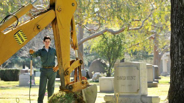 Ein Totengräber (Michael Ausiello) kümmert sich um die Exhumierung der Leiche...