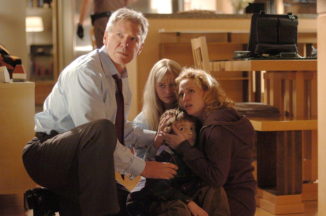 Der Computer-Sicherheitsexperte Stanfield (Harrison Ford, l.) ist gezwungen, sein eigenes System zu hintergehen, um seine Familie (Carly Schroeder,... - Bildquelle: Warner Bros. Pictures