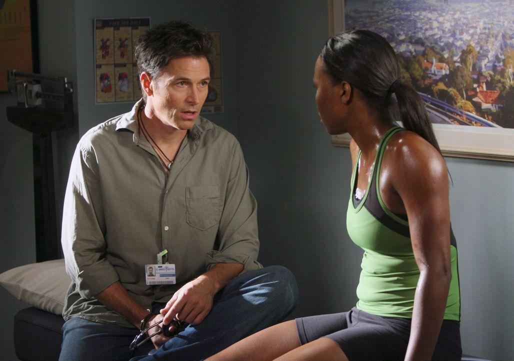 Pete (Tim Daly, l.) behandelt eine erfolgreiche Läuferin (Sydelle Noel, r.) mit Atemprobleme, die ihr leben aufs Spiel setzt ... - Bildquelle: 2007 American Broadcasting Companies, Inc. All rights reserved.