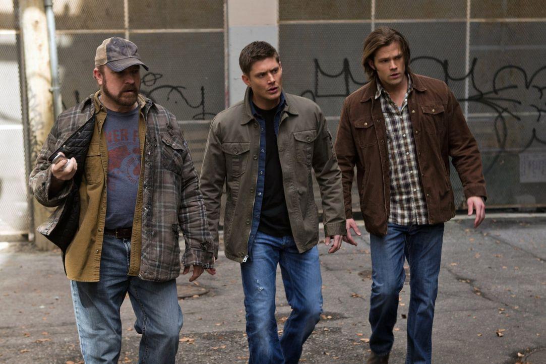 Können Bobby (Jim Beaver, l.), Dean (Jensen Ackles, M.) und Sam (Jared Padalecki, r.) rechtzeitig einschreiten, bevor gefährliche Informationen in d... - Bildquelle: Warner Bros. Television