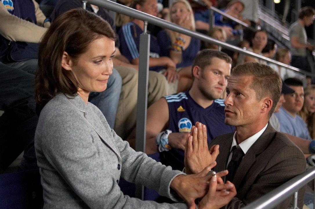 Willst du mich heiraten? Doch Mara (Anja Kling, l.) gibt Fred (Til Schweiger, r.) nur ihre Zustimmung, wenn ihr Sohn ebenfalls einverstanden ist. Um... - Bildquelle: Senator Film