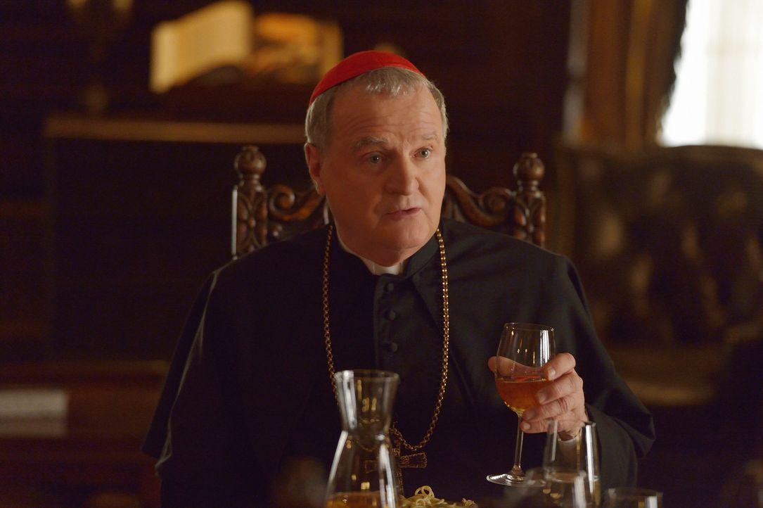 Während Kardinal McNamara (Tom Kemp) dem Occido Lumen auf die Spur gekommen zu sein scheint, bringt Gus die Familie Gupta dazu, eine schwere Entsche... - Bildquelle: 2015 Fox and its related entities. All rights reserved.