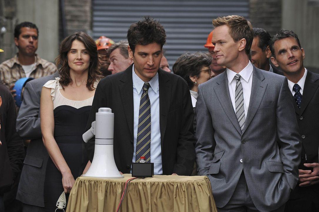 Ted (Josh Radnor, M.) hat Angst, dass der Neubau der GNB eine Nummer zu groß für ihn ist. Barney ((Neil Patrick Harris, r.) und Robin (Cobie Smuld... - Bildquelle: 20th Century Fox International Television