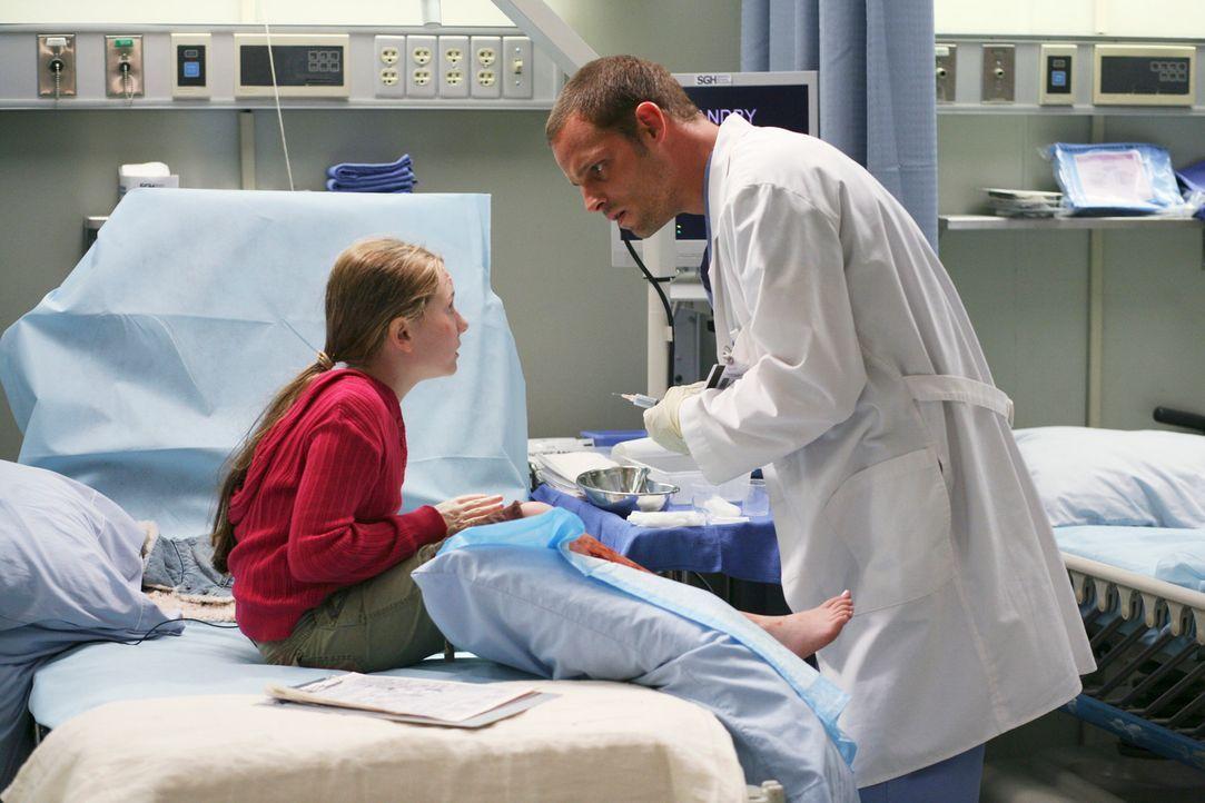 Alex (Justin Chambers, r.) behandelt die kleine Megan (Abigail Breslin, l.), die trotz einiger schweren Wunden am Körper behauptet keinen Schmerzen... - Bildquelle: Touchstone Television