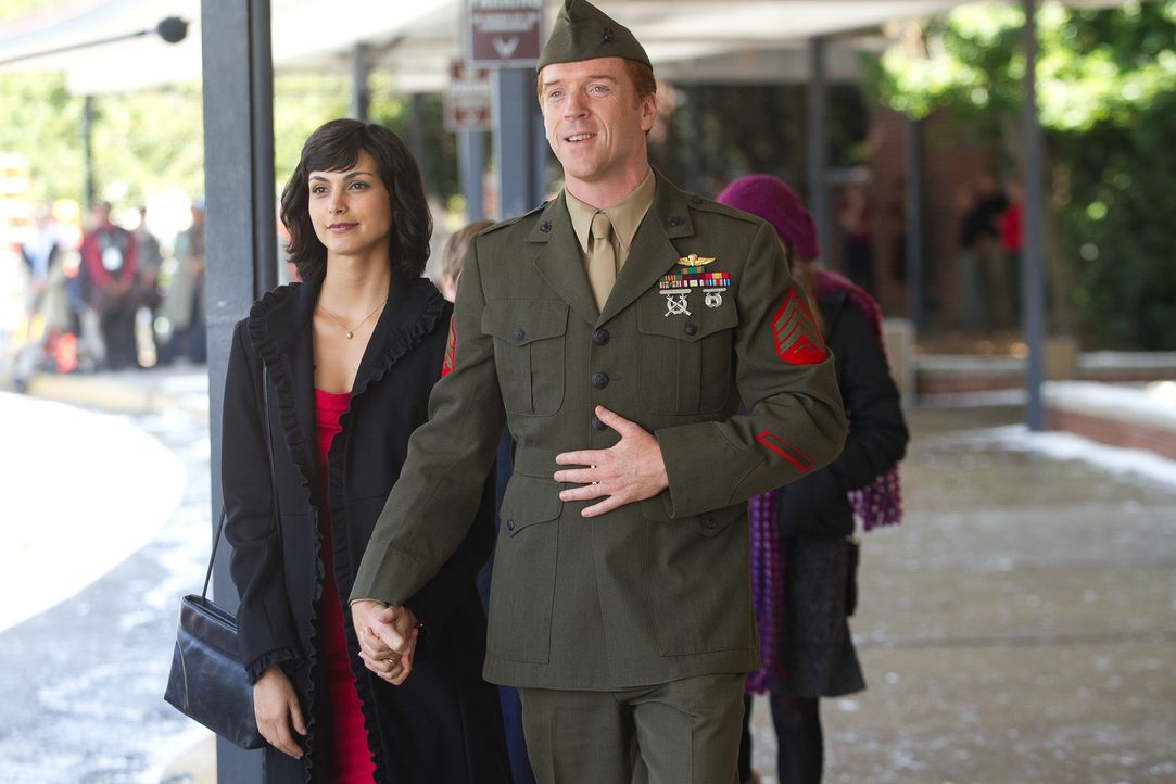 Nach acht Jahren Kriegsgefangenschaft in Afghanistan kehrt Sergeant Nicholas Brody (Damian Lewis, r.) zu seiner Frau Jessica (Morena Baccarin, l.) u... - Bildquelle: 2011 Twentieth Century Fox Film Corporation. All rights reserved.