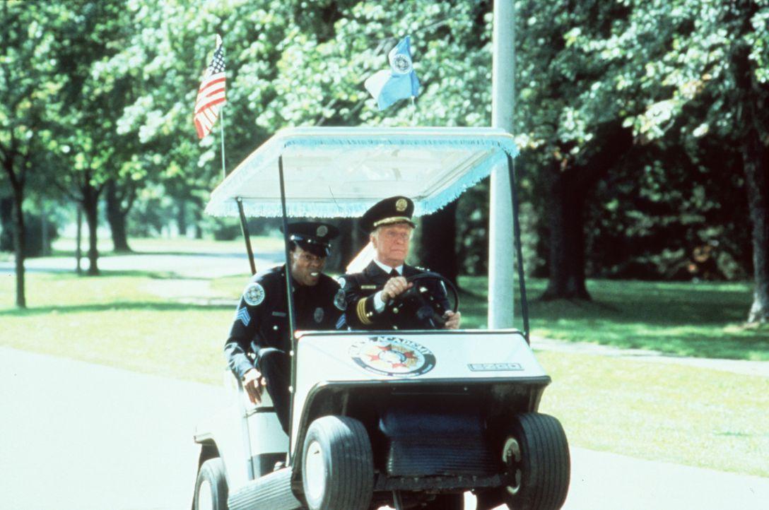 Notfall Jones (Michael Winslow, l.): Kommandant Lassard (George Gaynes, r.) unterbricht seine liebste Beschäftigung, das Golfspiel, nur höchst ung... - Bildquelle: Warner Bros.