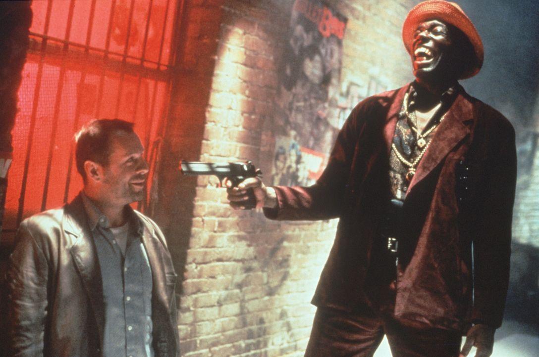 Der ehemalige CIA-Sicherheitsbeamte Joe (Bruce Willis, l.) hat schon bessere Tage gesehen: Der Straßenräuber (Badja Djola, r.) muss sich über ihn fa... - Bildquelle: Warner Bros.