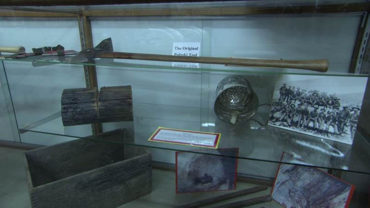 "In ""Mysterien im Museum"" beschäftigt sich Don Wildman mit einem innovativen Werkzeug und einem kleinen Notizbüchlein über Pferde ... - Bildquelle: 2014, The Travel Channel, L.L.C. All Rights Reserved."