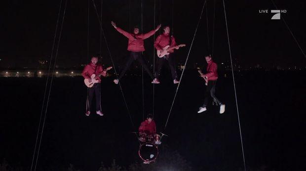 Circus halligalli video auf der b hne kraftklub mit for Fenster kraftklub