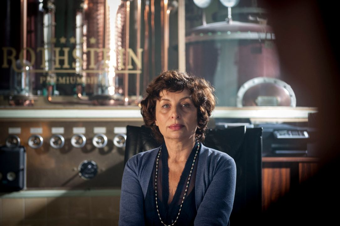 Kaum aus dem Knast erlassen, wird Sven Lohmeyer tot aufgefunden. Hat Marina Rothstein (Teresa Harder), die Mutter der ermordeten Juliane, etwas dami... - Bildquelle: Martin Rottenkolber SAT.1
