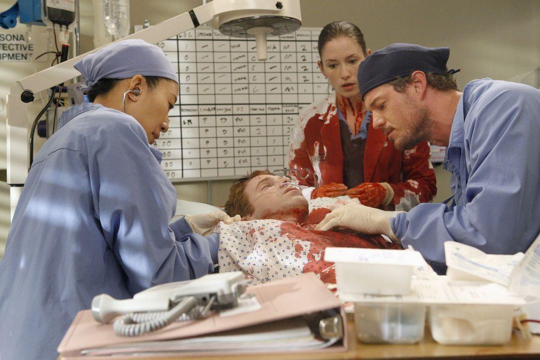 Gemeinsam versuchen Lexie (Chyler Leigh, M.), Mark (Eric Dane, r.) und Cristina (Sandra Oh, l.), Nick (Seth Green, liegend) zu retten. Doch wird es... - Bildquelle: Touchstone Television