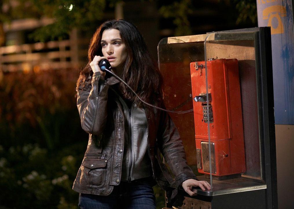 Jeder ihrer Schritte scheint den Verbrechern vorab bekannt zu sein. Kann Kathryn (Rachel Weisz) ihrem heimischen Telefon noch trauen? - Bildquelle: 2010 Whistleblower (Gen One) Canada Inc. and Barry Films GmbH