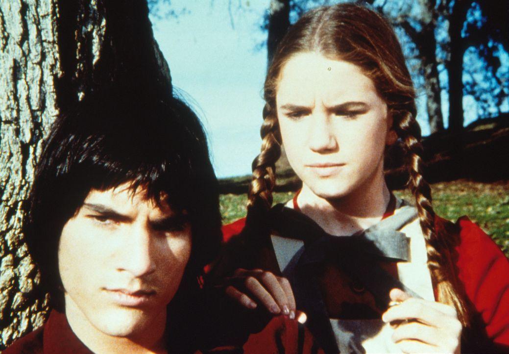 Laura Ingalls (Melissa Gilbert, r.) versucht Daniel Page (Alban Branton, l.) zu überreden, wieder zum Nachhilfeunterricht zu kommen. - Bildquelle: Worldvision