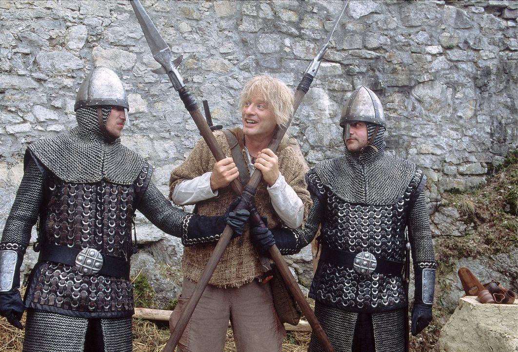 Die Wachen versperren Siegfried (Tom Gerhardt, M.) den Weg, doch das hält ihn noch lange nicht auf … - Bildquelle: Constantin Film