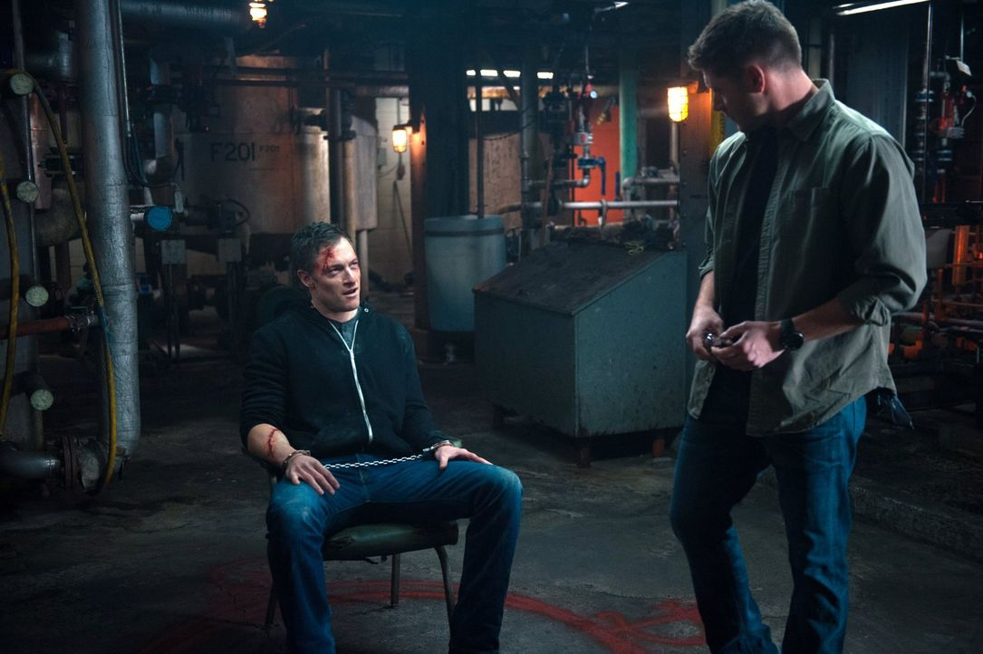 Anders als Dean (Jensen Ackles, r.), scheint Gadreel (Tahmoh Penikett, l.) fest darauf zu setzen, dass ihn sein neuer Anführer aus dem Schlammassel... - Bildquelle: 2013 Warner Brothers