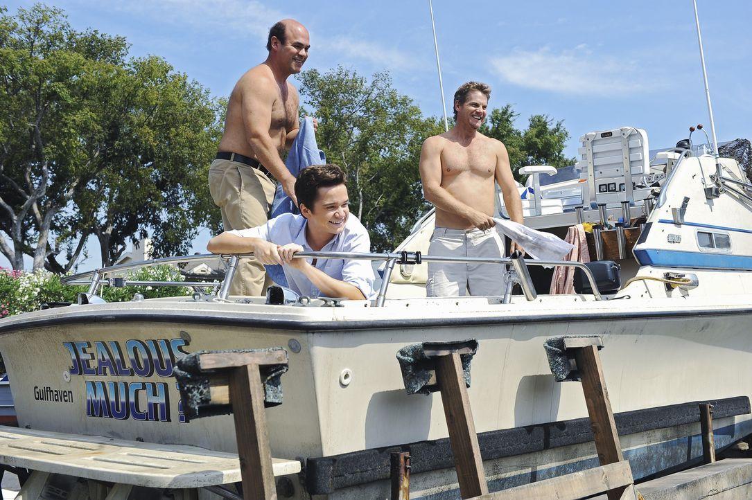 Während Jules in Stress bei den Vorbereitungen ihres zehntes Dates gerät, haben Travis (Dan Byrd, M.), Andy (Ian Gomez, l.) und Bobby (Brian Van H... - Bildquelle: 2009 ABC INC.