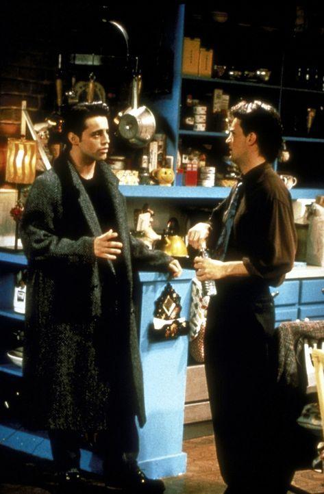 Chandler (Matthew Perry, r.) und Joey (Matt LeBlanc, l.) trauen ihren Augen nicht, als sie Phoebe als Bedienung im Café entdecken ... - Bildquelle: TM+  2000 WARNER BROS.