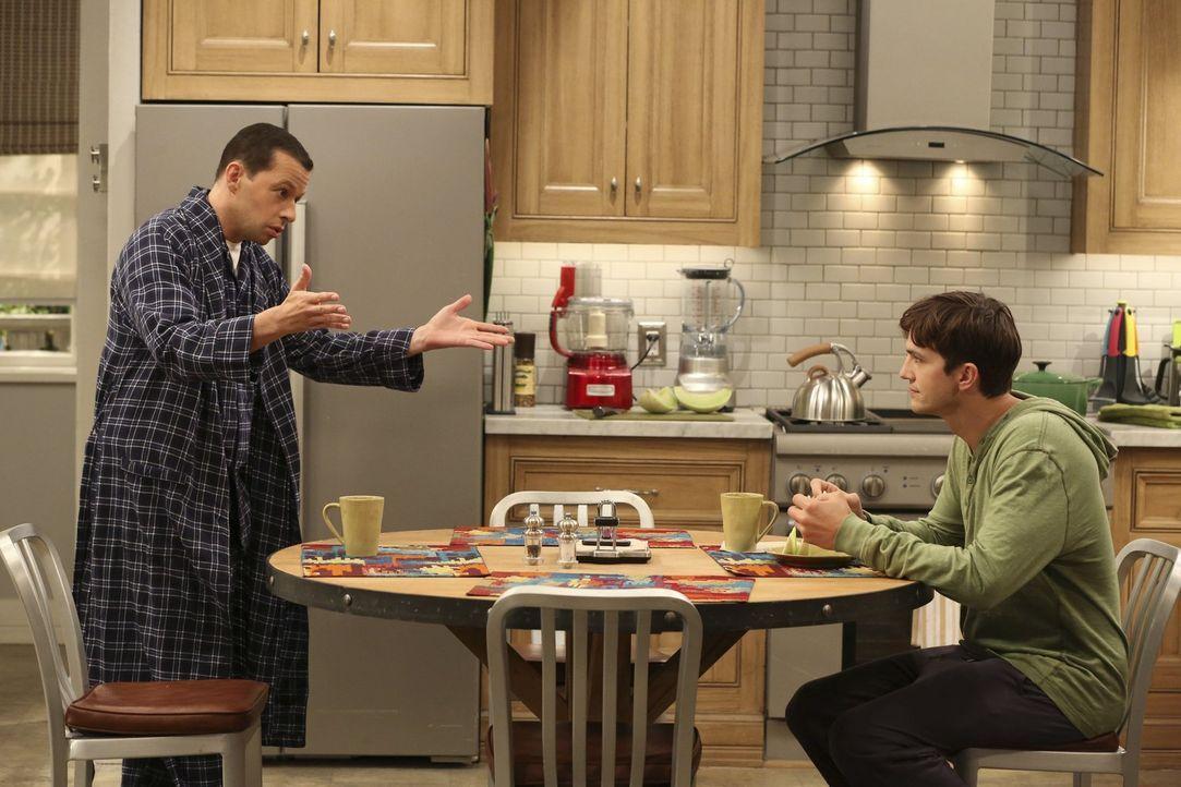 Während Alan (Jon Cryer, l.) weiterhin eine Affäre mit Lyndsey hat, feiert Walden (Ashton Kutcher, r.) eine wilde Party mit Jenny und ihren Freundin... - Bildquelle: Warner Bros. Television