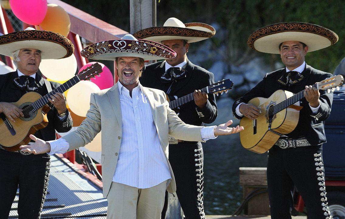 Onkel Marty (Harry Hamlin) hat sich für die Hochzeit seines Neffen etwas ganz Besonderes ausgedacht ... - Bildquelle: 2009 CBS Studios Inc. All Rights Reserved.