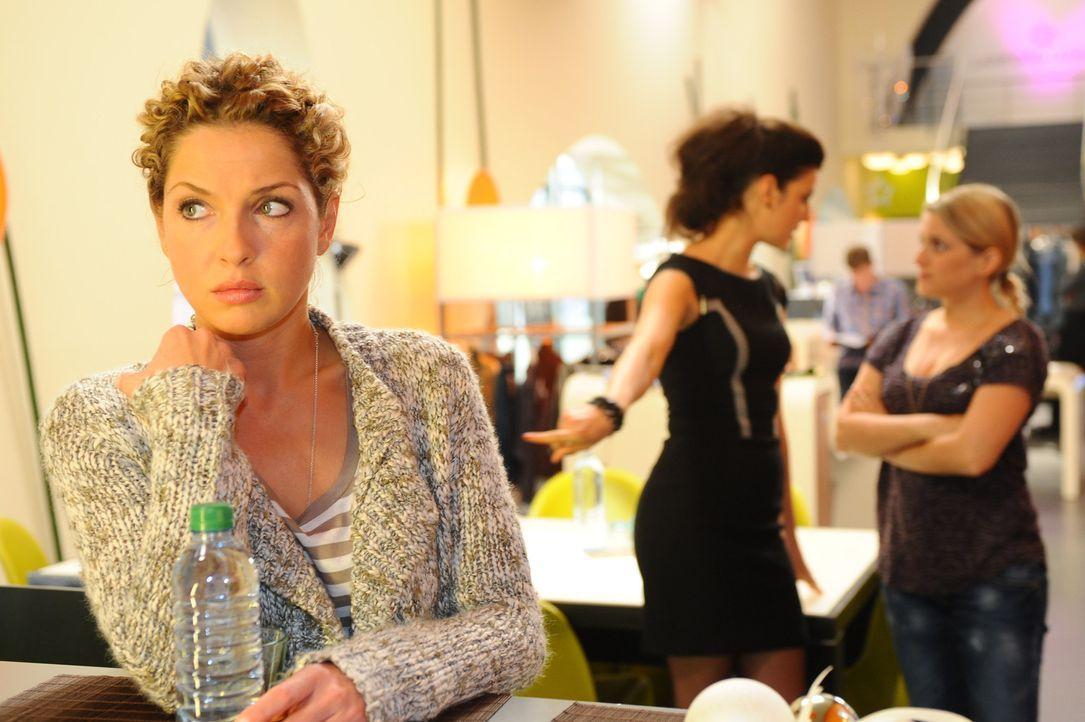 Als Carla (Sarah Mühlhause, M.) Anna (Jeanette Biedermann, r.) erzählt, dass Nina (Maria Wedig, l.) sich gegen die Modeschule entschieden hat, kan... - Bildquelle: SAT.1
