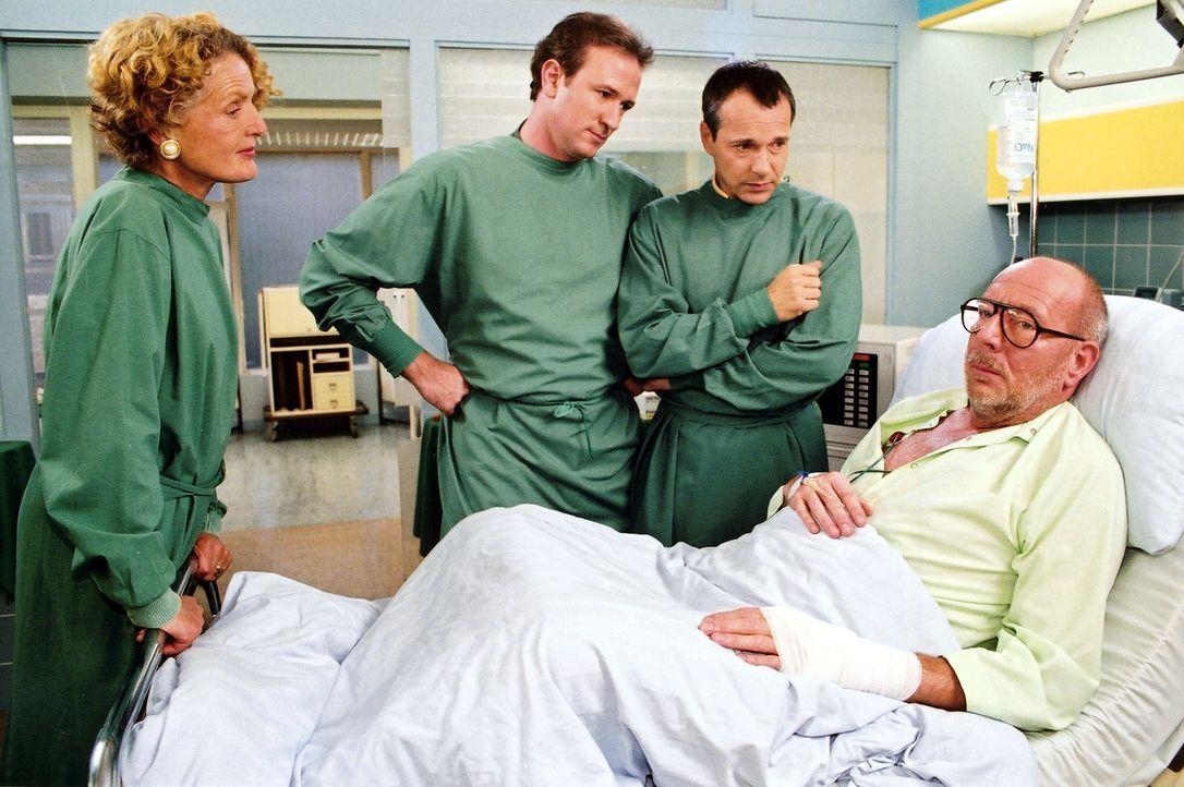 Während sich Dr. Forch (Stefan Walz, 2.v.l.), Dr. Stein (Christoph Schobesberger, 2.v.r.) und Luise Lauchheim-Arnstedt (Kathrin Ackermann, l.) um de... - Bildquelle: Noreen Flynn Sat.1