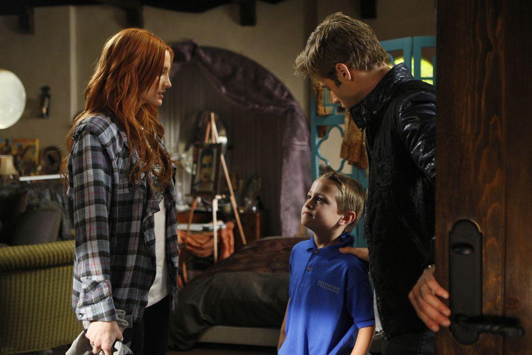 David (Shaun Sipos, r.) hätte der unberechenbaren Violet (Ashlee Simpson, l.) lieber nicht erzählen sollen, dass Vanessa ihre geliebte Mutter umge... - Bildquelle: 2009 The CW Network, LLC. All rights reserved.