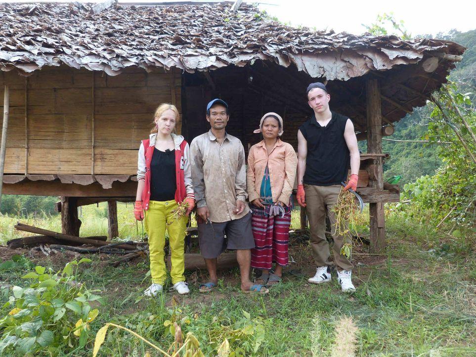 Bei Gastfamilie Tu in Thailand sollen Jennifer (l.) und Marcel (r.) lernen, was Respekt, Disziplin und Arbeit ist ... - Bildquelle: SAT.1