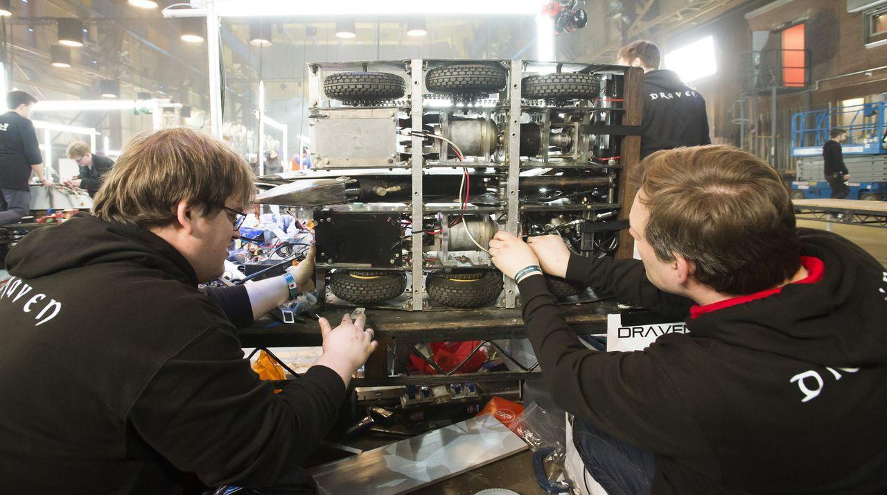 Feilen an ihrem selbst gebauten Roboter, der sich in der Kampfarena gegen die Konstruktionen der andern Teams behaupten soll: Team Draven ... - Bildquelle: Alan Peebles