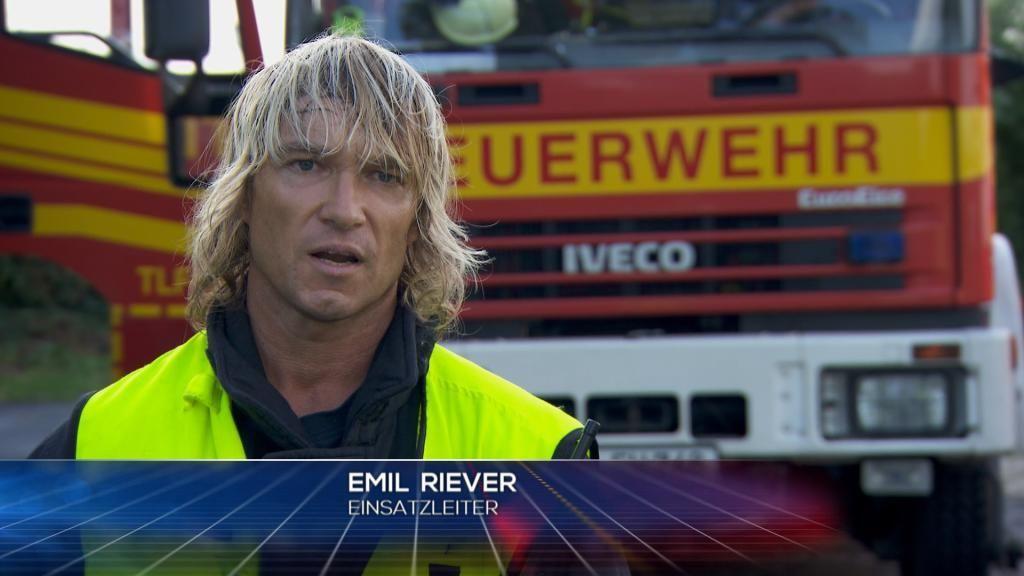 FW - Einsatzleiter Emil Riever - Bildquelle: SAT.1