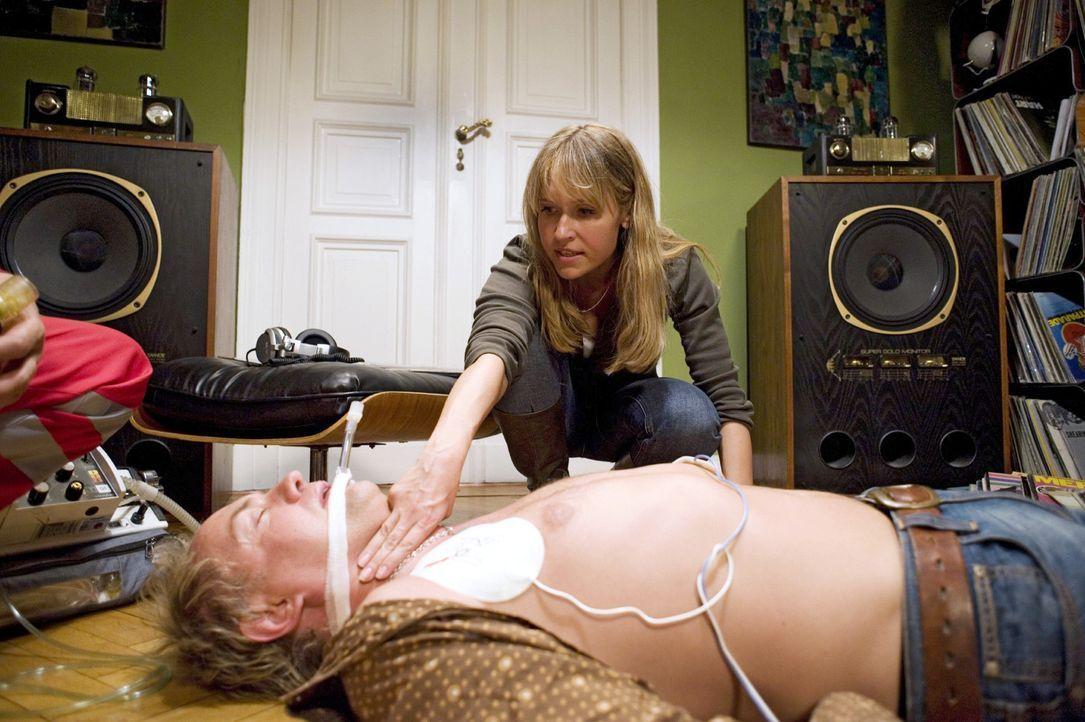 Nach einer leidenschaftlichen Nacht mit Ellen (Anica Dobra, oben) macht sich Carlos (Uwe Ochsenknecht, unten) Herz erneut bemerkbar. - Bildquelle: Gordon Mühle Sat.1