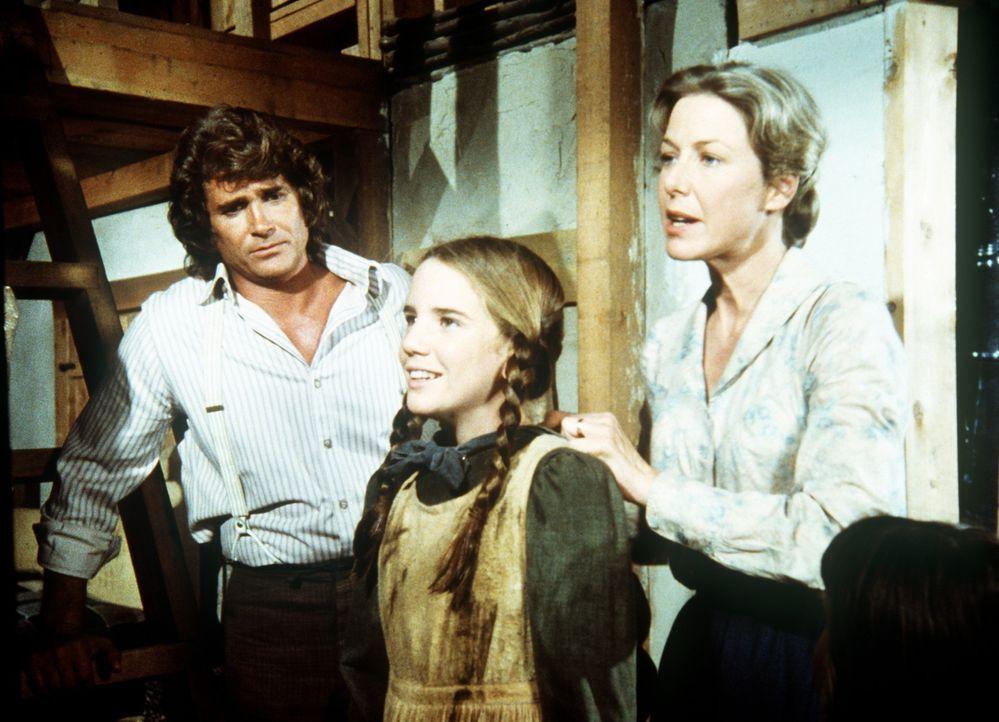 Laura (Melissa Gilbert, M.) ist ganz verklärt, obwohl sie in den Teich gefallen ist. Caroline (Karen Grassle, r.) und Charles (Michael Landon, l.)... - Bildquelle: Worldvision