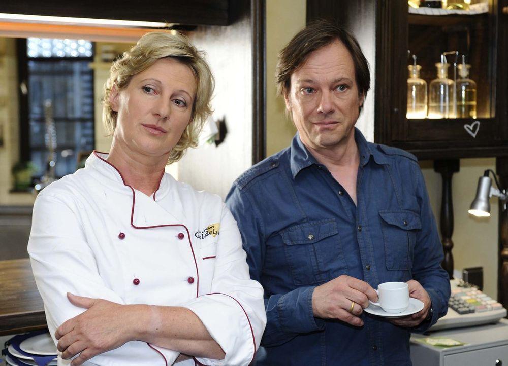 Armin (Rainer Will, r.) begreift schnell, dass der Hausfrieden mit Susanne (Heike Jonca, l.) noch nicht hergestellt ist ... - Bildquelle: Sat.1