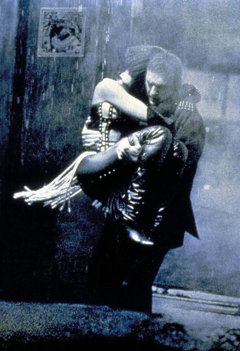 Die leichtsinnige Rachel (Whitney Houston, l.) hält nichts von Franks (Kevin Costner, r.) Sicherheitsvorkehrungen. Und setzt sich deshalb immer wied... - Bildquelle: Warner Bros.
