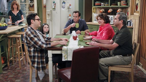 Bei einem gemeinsamen Familienessen mit Adam (Nelson Franklin, 2.v.l.), Mikay...
