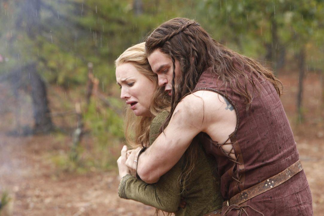 Blick in die Vergangenheit: Esthers (Alice Evans, l.) Mutter wurde auf brutale Weise getötet. Elijah (Daniel Gilles, r.) versucht, sie zu beruhigen... - Bildquelle: Warner Bros. Television
