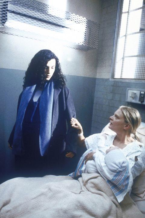 Carol Hathaway (Julianna Margulies, l.) kümmert sich um eine junge Mutter (Martha Plimpton, r.). - Bildquelle: TM+  2000 WARNER BROS.