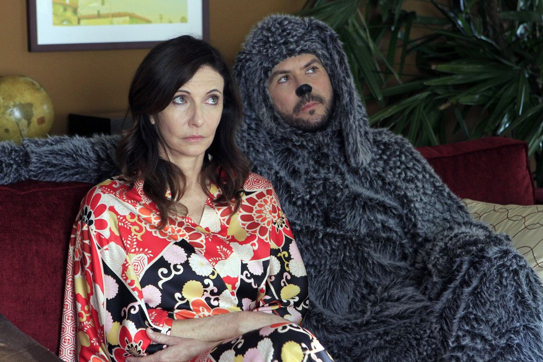 Unzertrennlich: Ryans Mutter Catherine (Mary Steenburgen, l.) und Wilfred (Jason Gann, r.) - Bildquelle: 2011 FX Networks, LLC. All rights reserved.