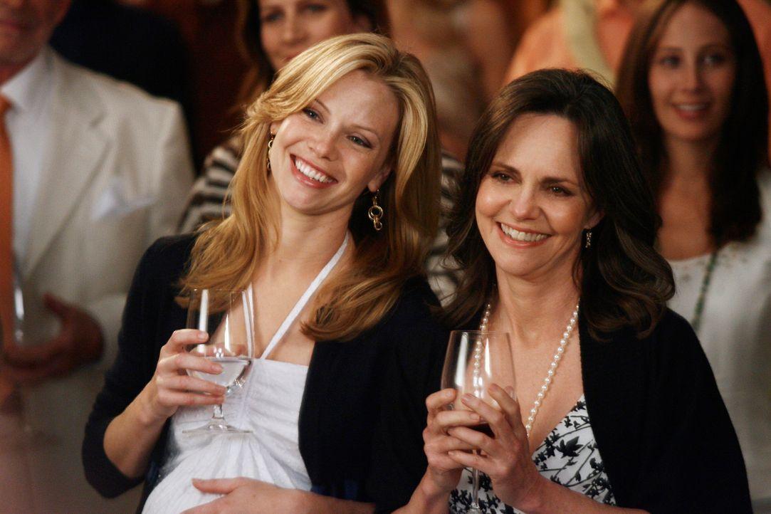 Nora (Sally Field, r.) und ihre Schwiegertochter Julia (Sarah Jane Morris, l.) freuen sich über Tommys erfolgreiche Geschäfteröffnung, doch der Aben... - Bildquelle: Disney - ABC International Television