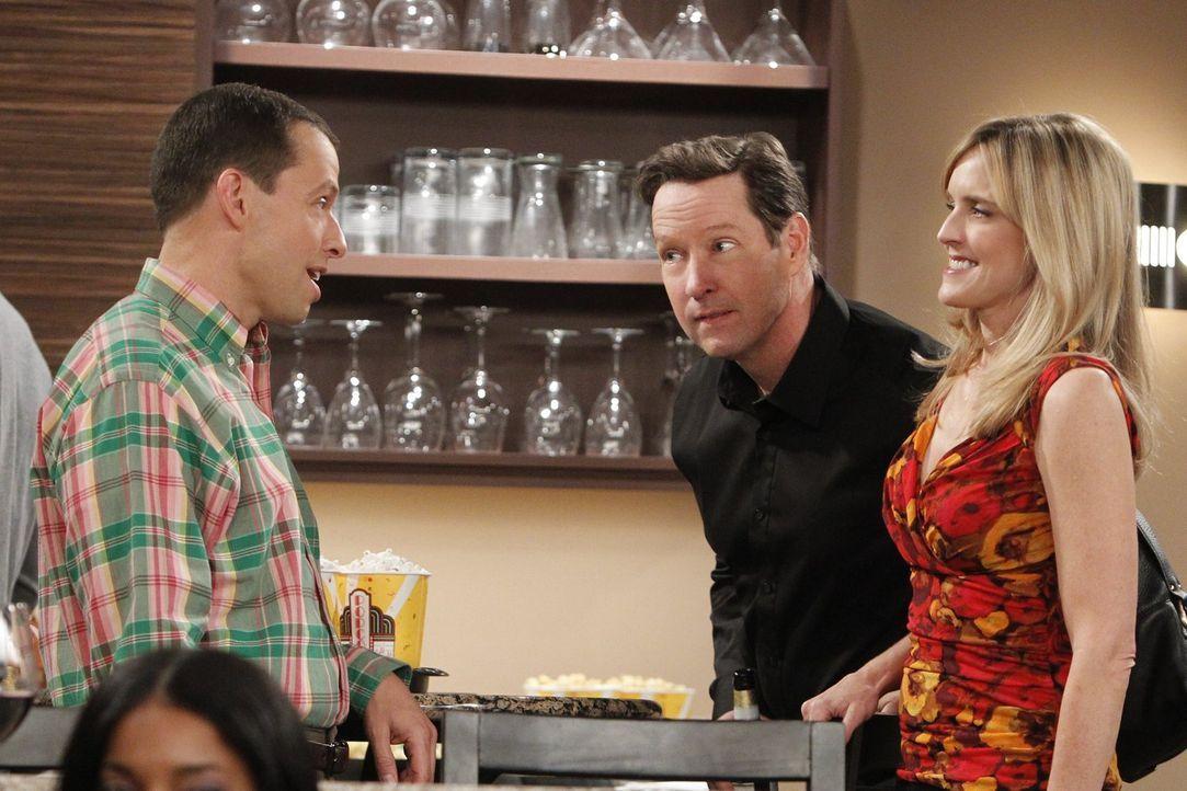 Alan (Jon Cryer, l.) freundet sich mit Larry (D.B. Sweeney, M.), Lyndseys (Courtney Thorne-Smith, r.) neuem Freund an, um herauszufinden, was der ha... - Bildquelle: Warner Bros. Television