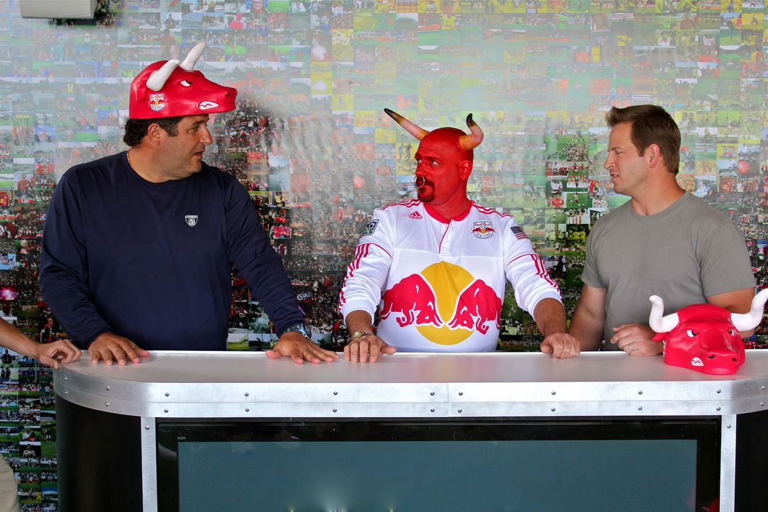 "Bullen unter sich: Der ehemalige Footballspieler Tony Siragusa  (l.) und ""Man Cave""-Moderator Jason Cameron (r.) zaubern für die New Yorker Red Bull... - Bildquelle: Nathan Frye 2011, DIY Network/Scripps Networks, LLC.  All Rights Reserved."